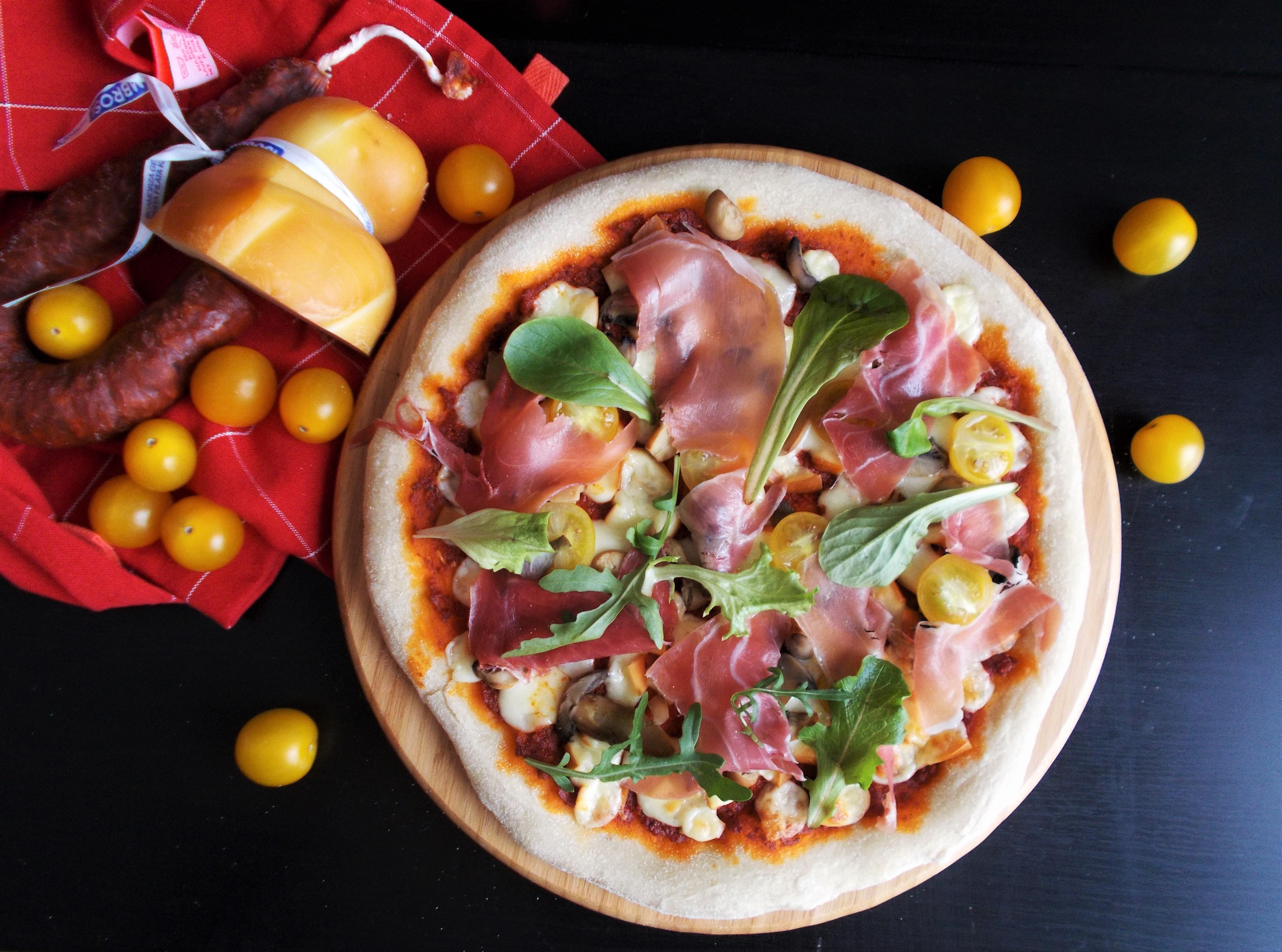 Pizza au chorizo, jambon cru et scamorza fumée