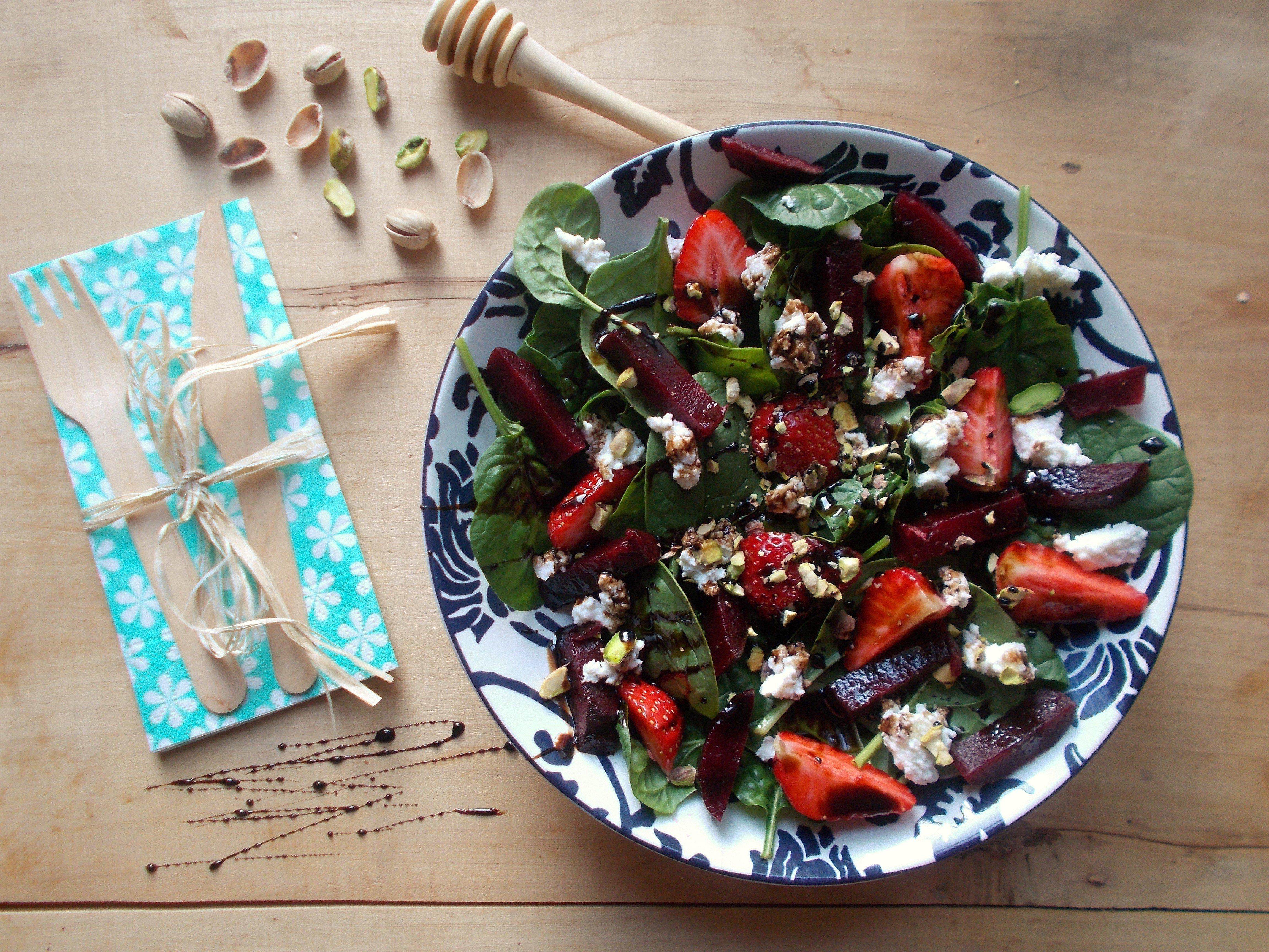 Salade d'épinard à la fraise, betterave et broccio