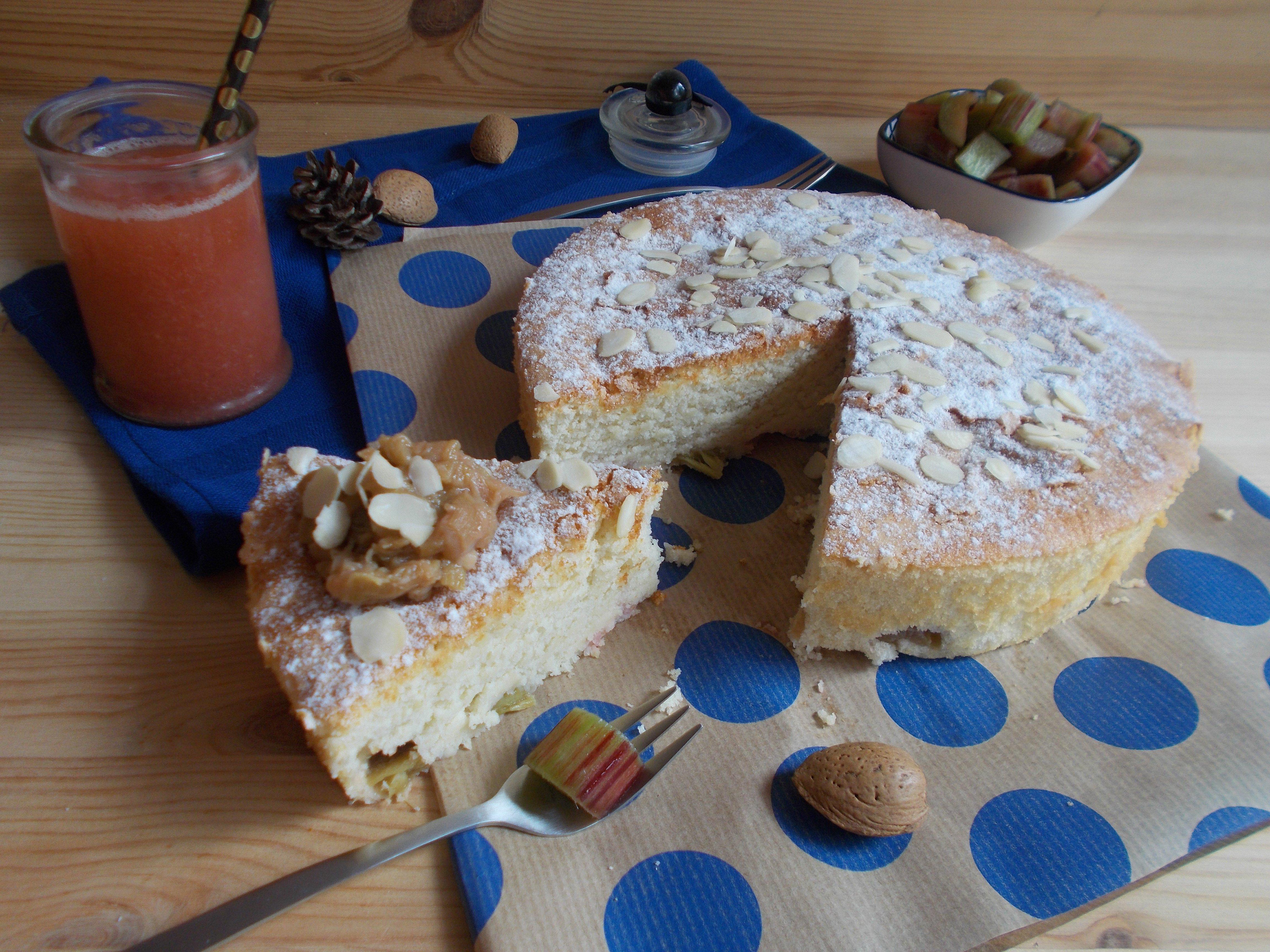 Gâteau nuage à la rhubarbe et amande amère