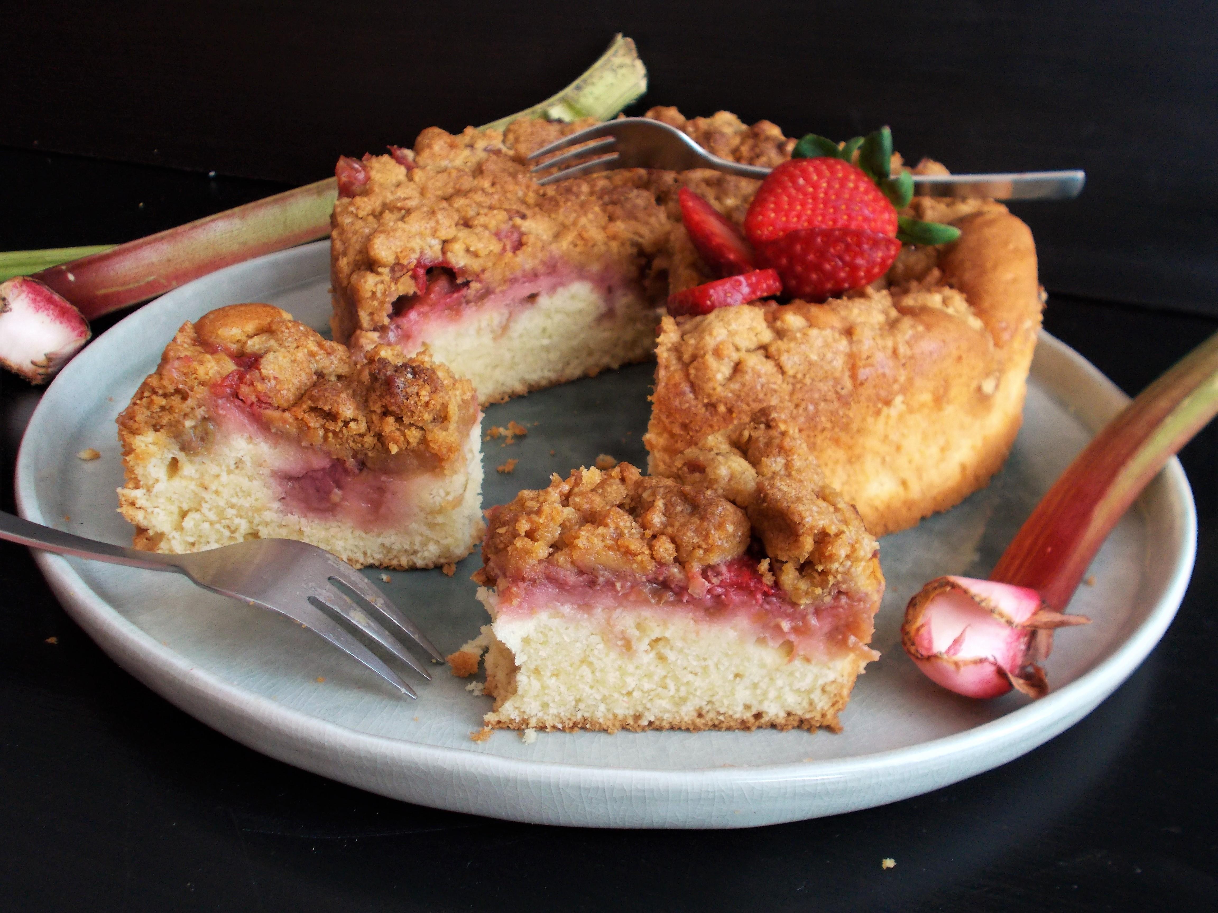 Crumb cake rhubarbe, fraise et fève tonka