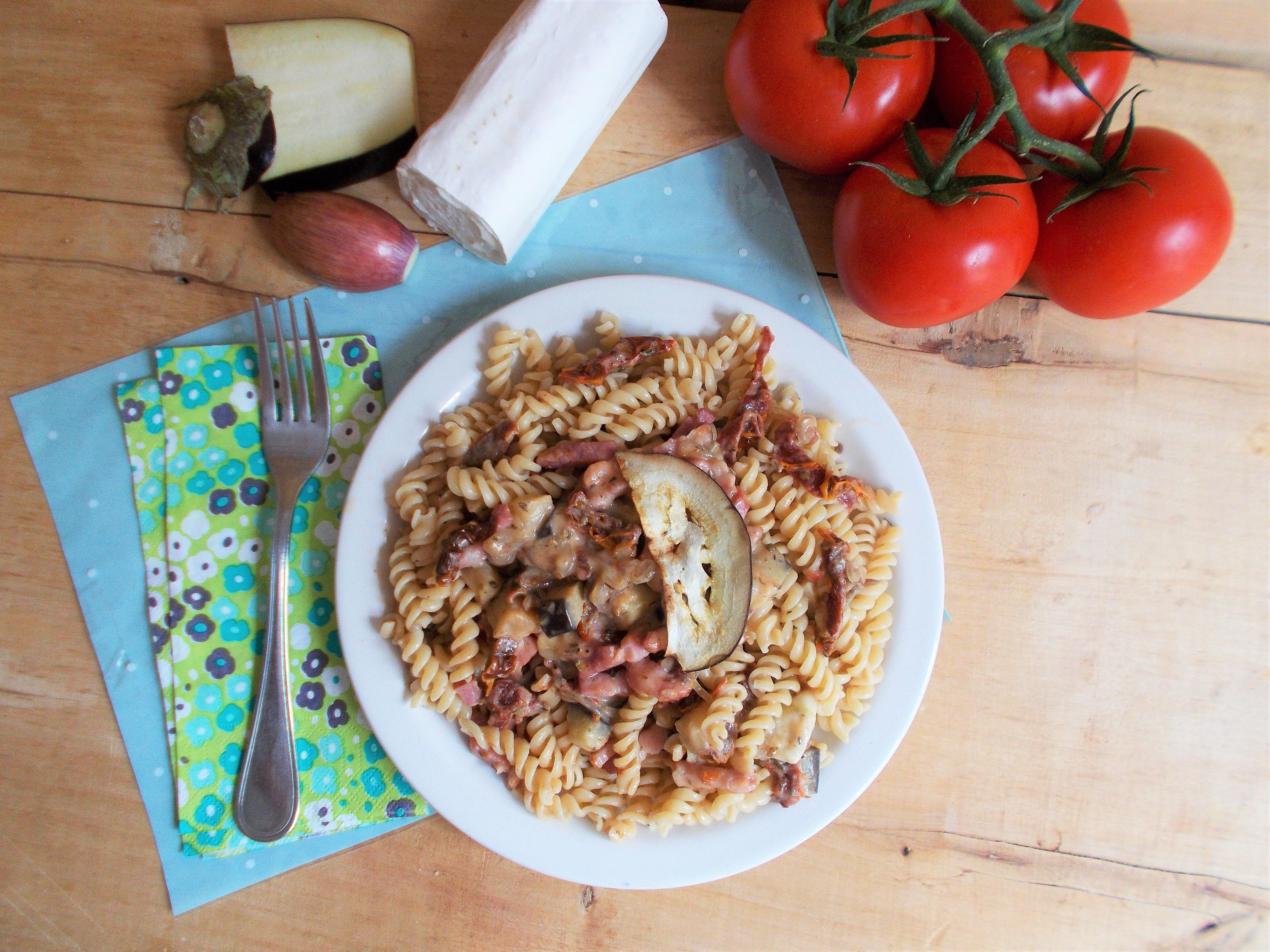 Pâtes à l'aubergine, chèvre et lardons