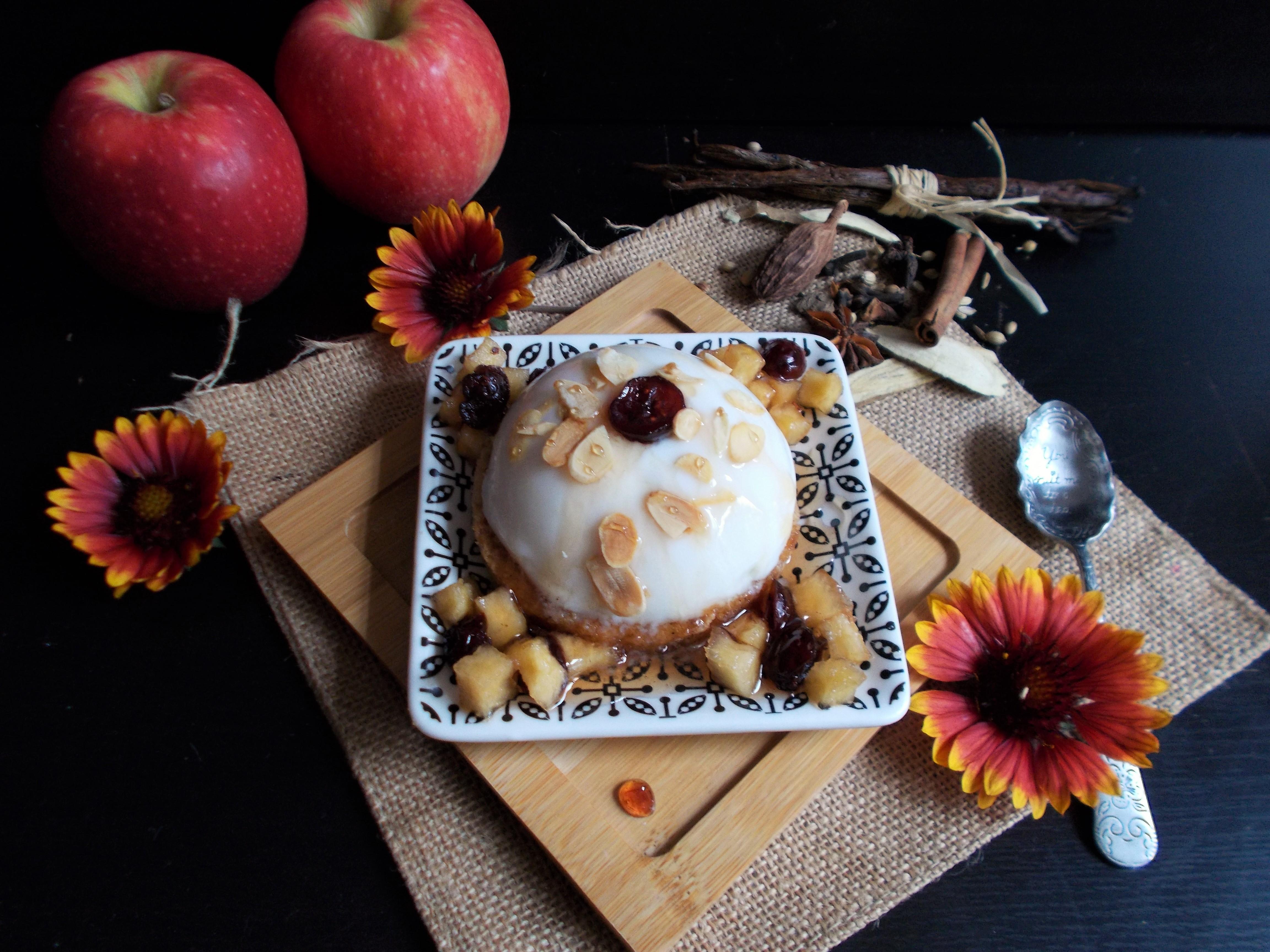 Panna cotta à l'amande, pommes et sirop d'épices