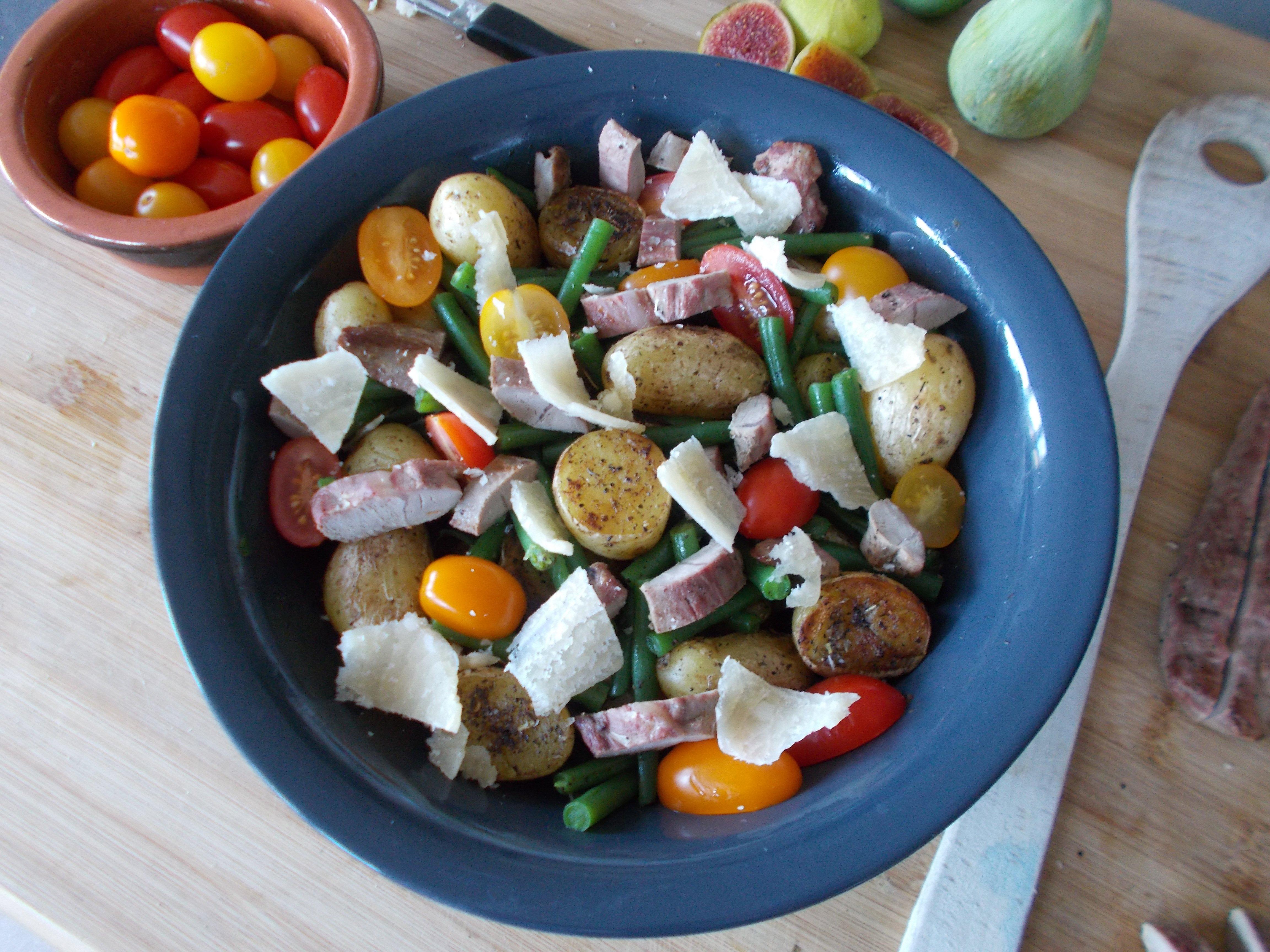 Salade rustique aux aiguillettes de canard et pommes de terre grenailles