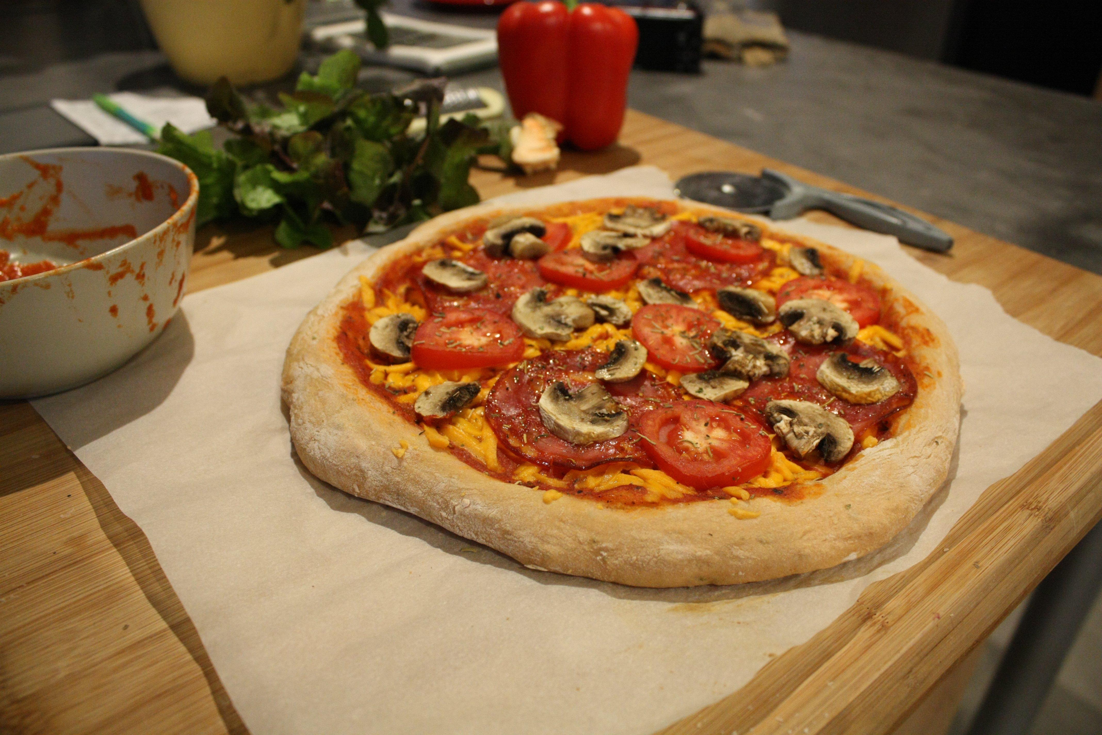 Pizza rose au chorizo, poivron et cheddar