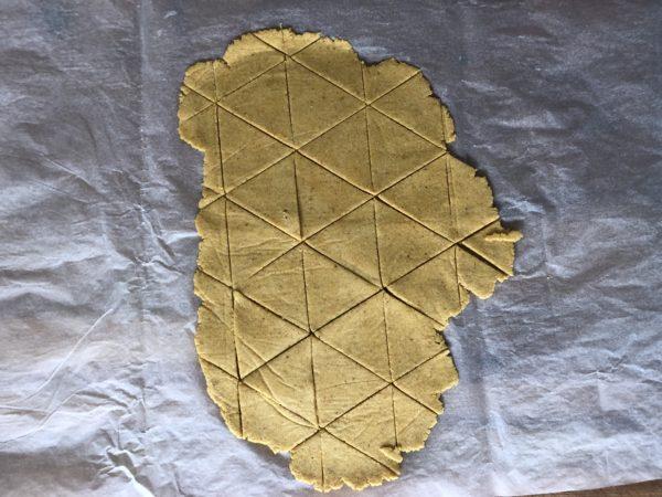 Découpez des triangles de pâte à l'aide d'un couteau pointu.