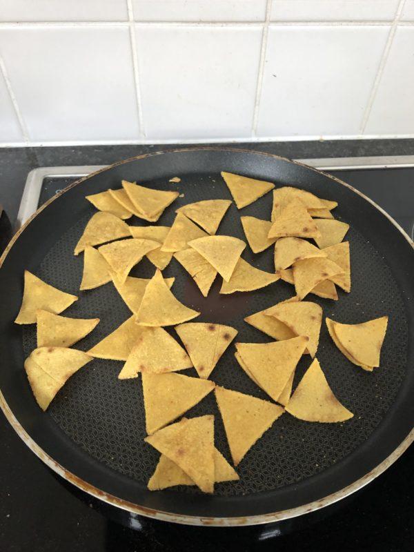 Déposez des triangles de pâte sur toute la surface de la poêle. Les triangles doivent se rétracter légèrement et les coins se relever un peu.