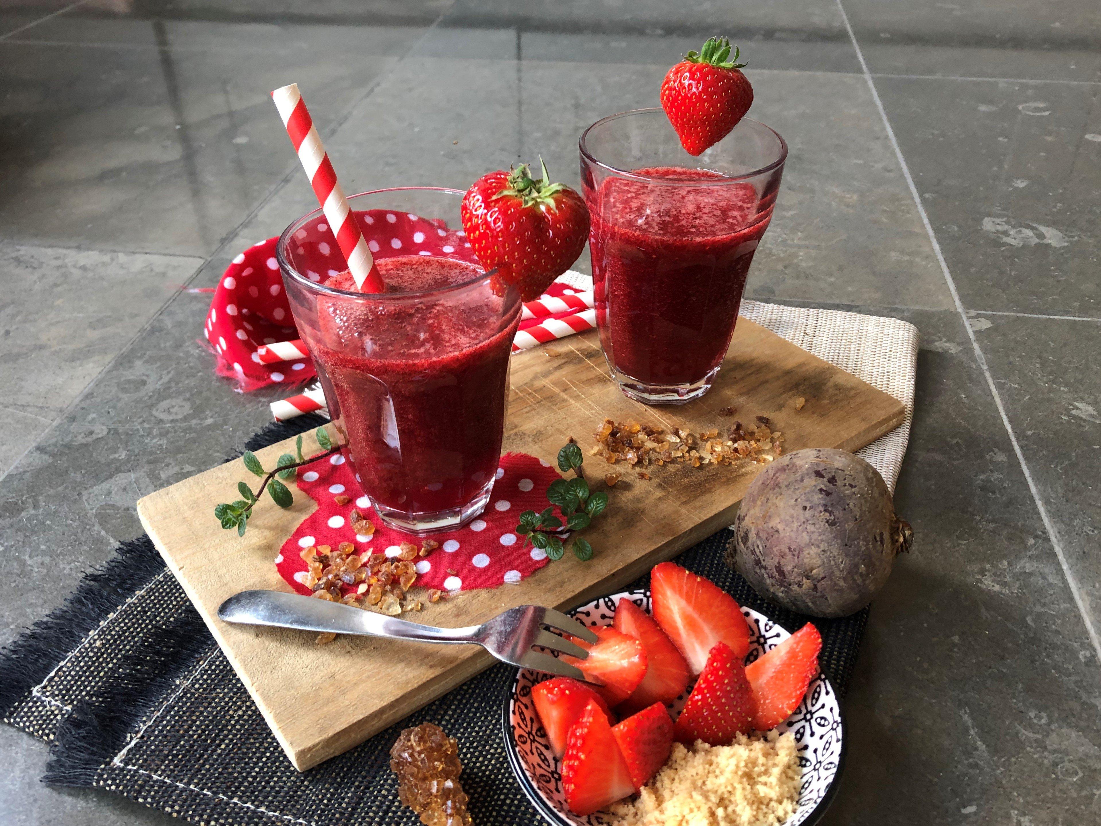 Smoothie fraise, betterave, pomme, menthe et citron vert