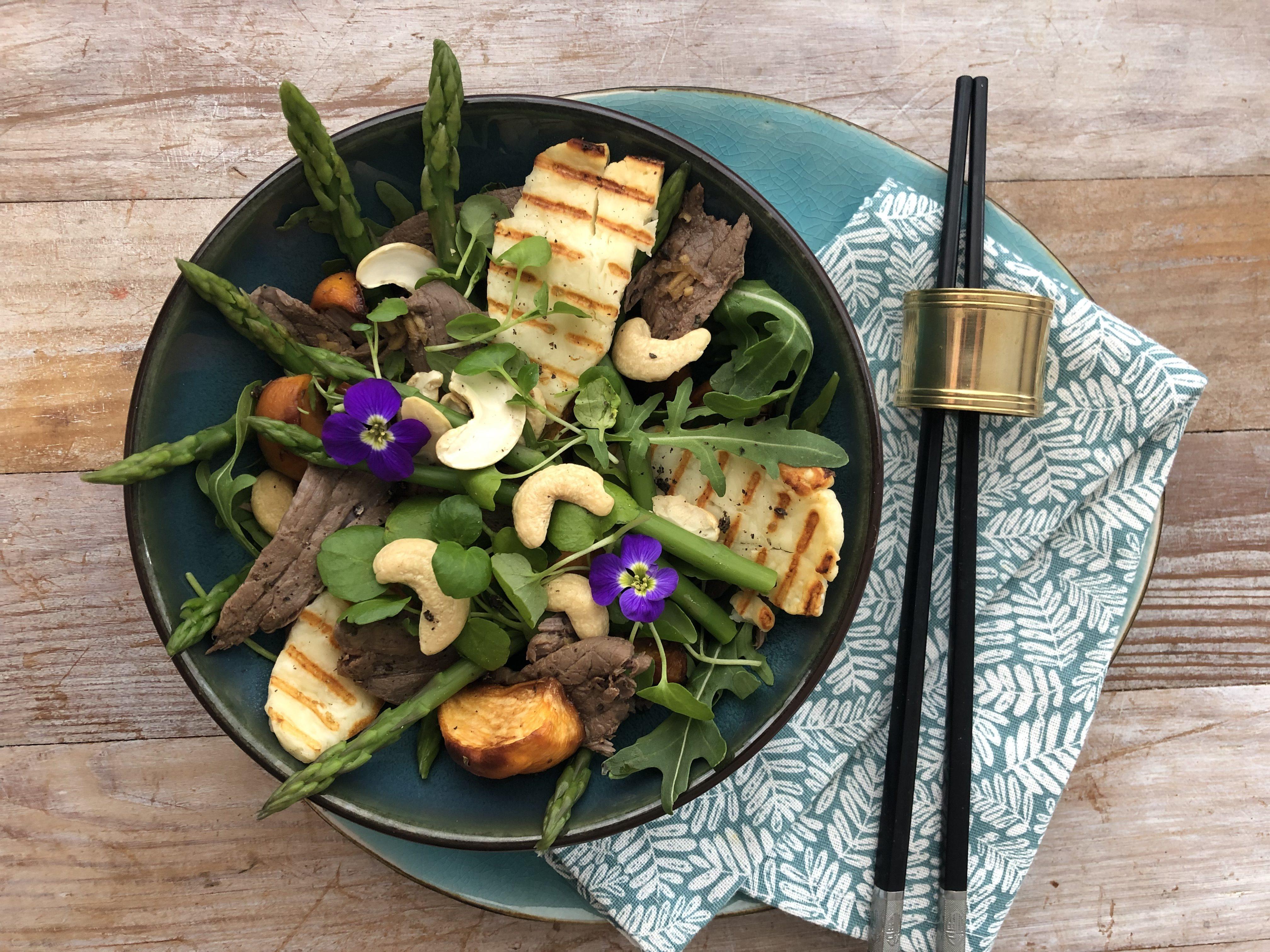Salade printanière au boeuf mariné, asperge et navet rôtis