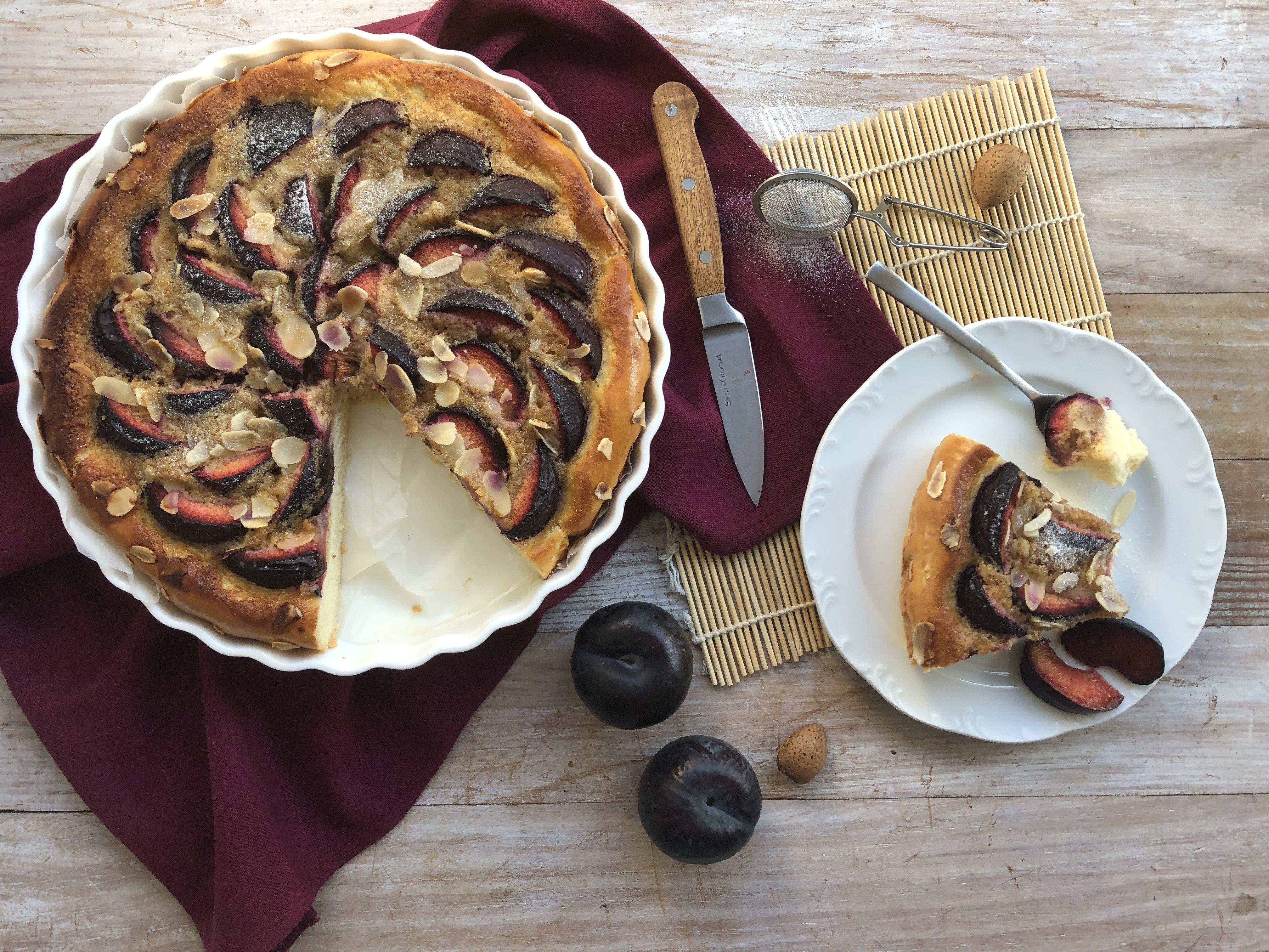 Tarte briochée aux prunes et crème d'amande