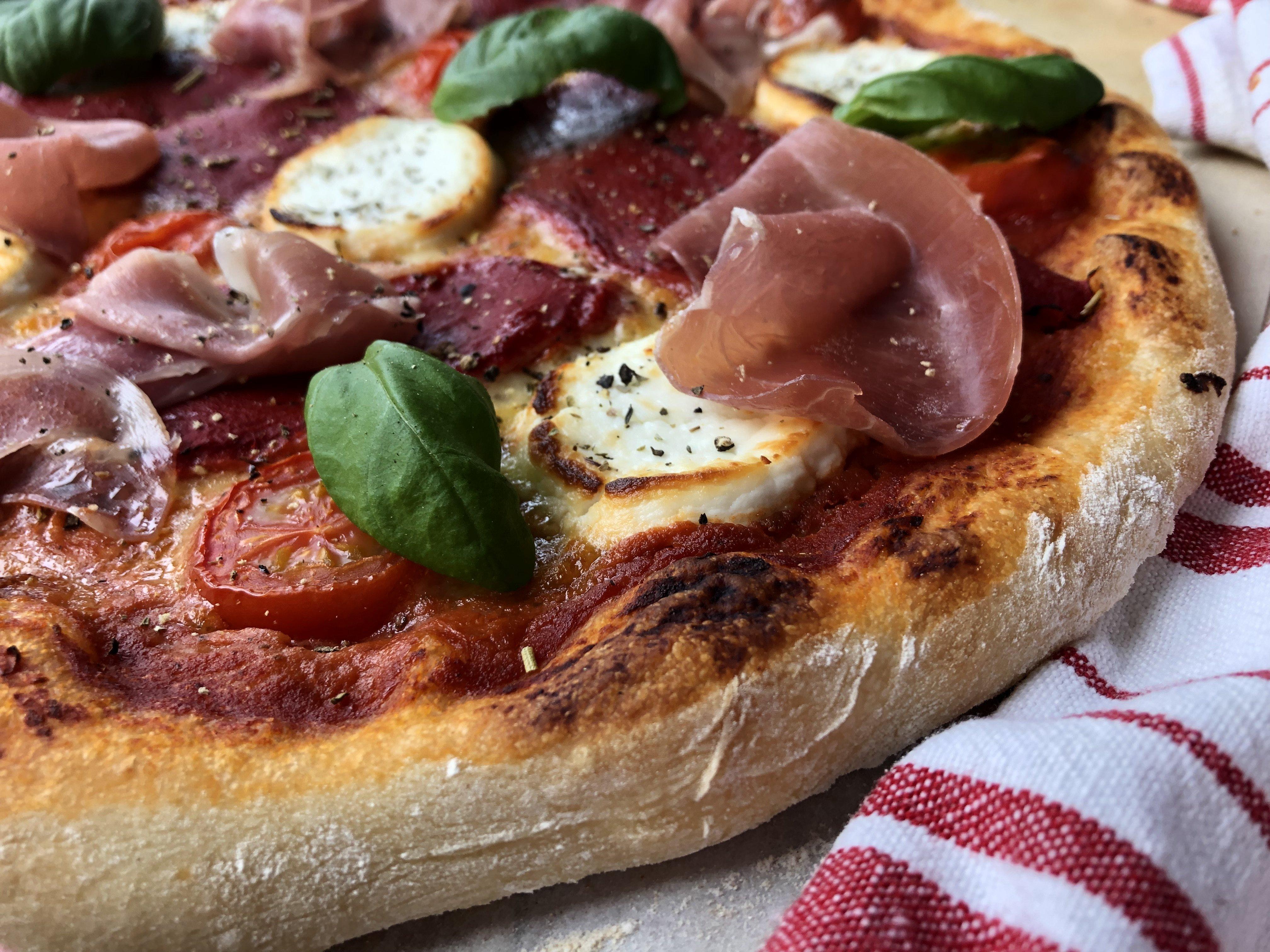 Pizza aux poivrons grillés, chèvre et prosciutto