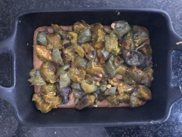 Versez la pâte dans un moule rond de 18 cm de diamètre. Puis répartissez les prunes coupées en 4 et dénauyotées.