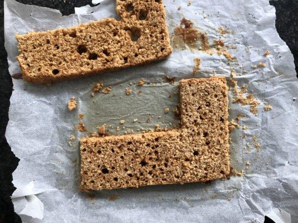 Quand le pain d'épices est froid, coupez le en deux dans l'épaisseur puis coupez le en L à l'aide d'un emporte pièce.