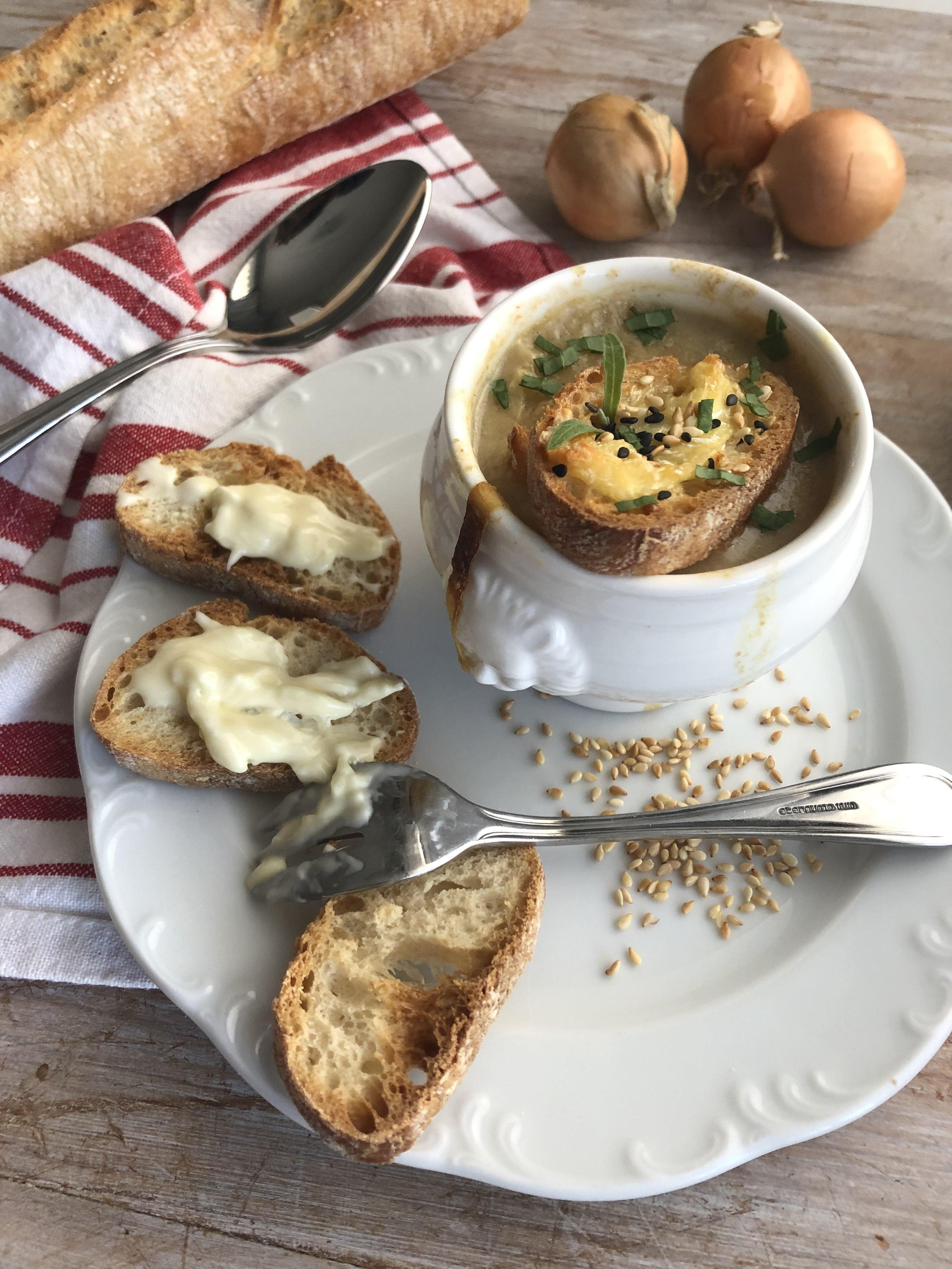 Soupe à l'oignon et sésame, gratinée au saint marcellin