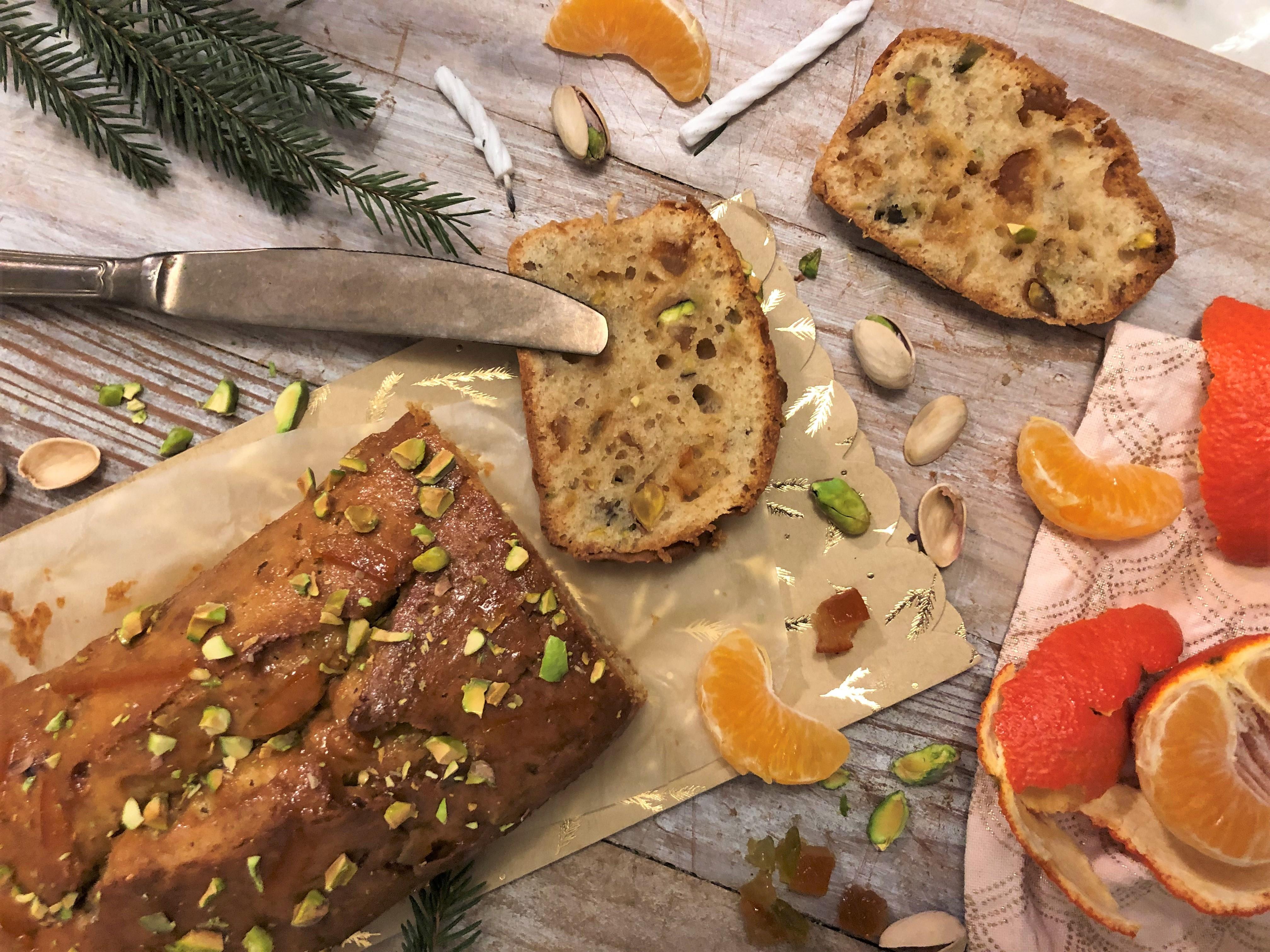 Cake aux fruits confits, fleur d'oranger et pistache