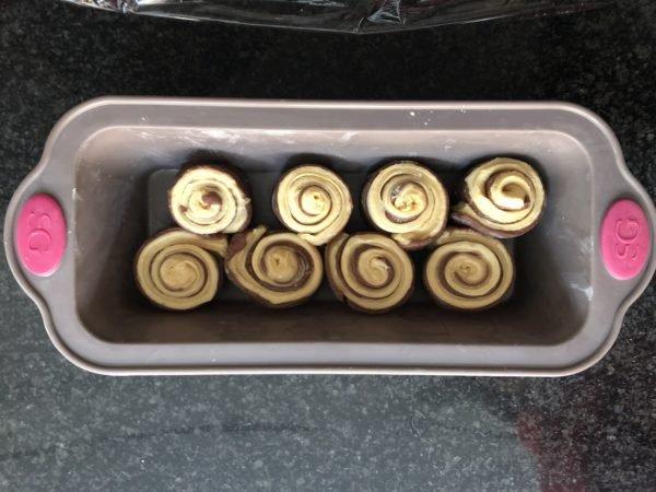 Déposez les escargots en quiconces dans un moule à cake de 26cm de long. Couvrez et laissez poussez 1h à 1h30 à température ambiante.