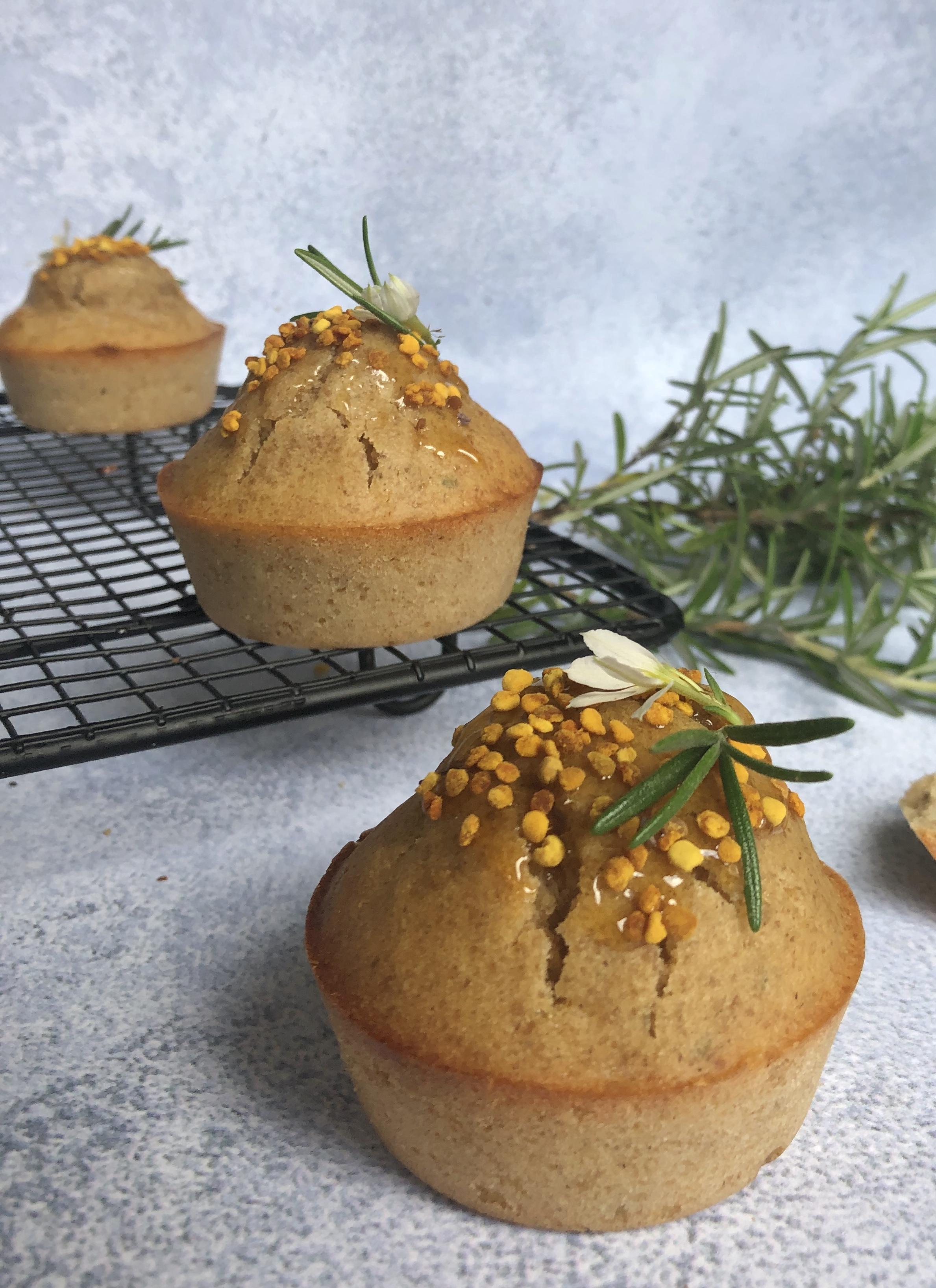Muffin fleur d'oranger, miel et romarin au levain