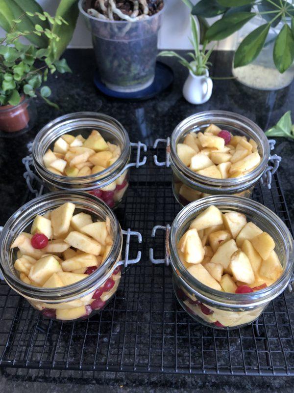 Remplissez 4 bocaux avec des dés de pommes et des groseilles.