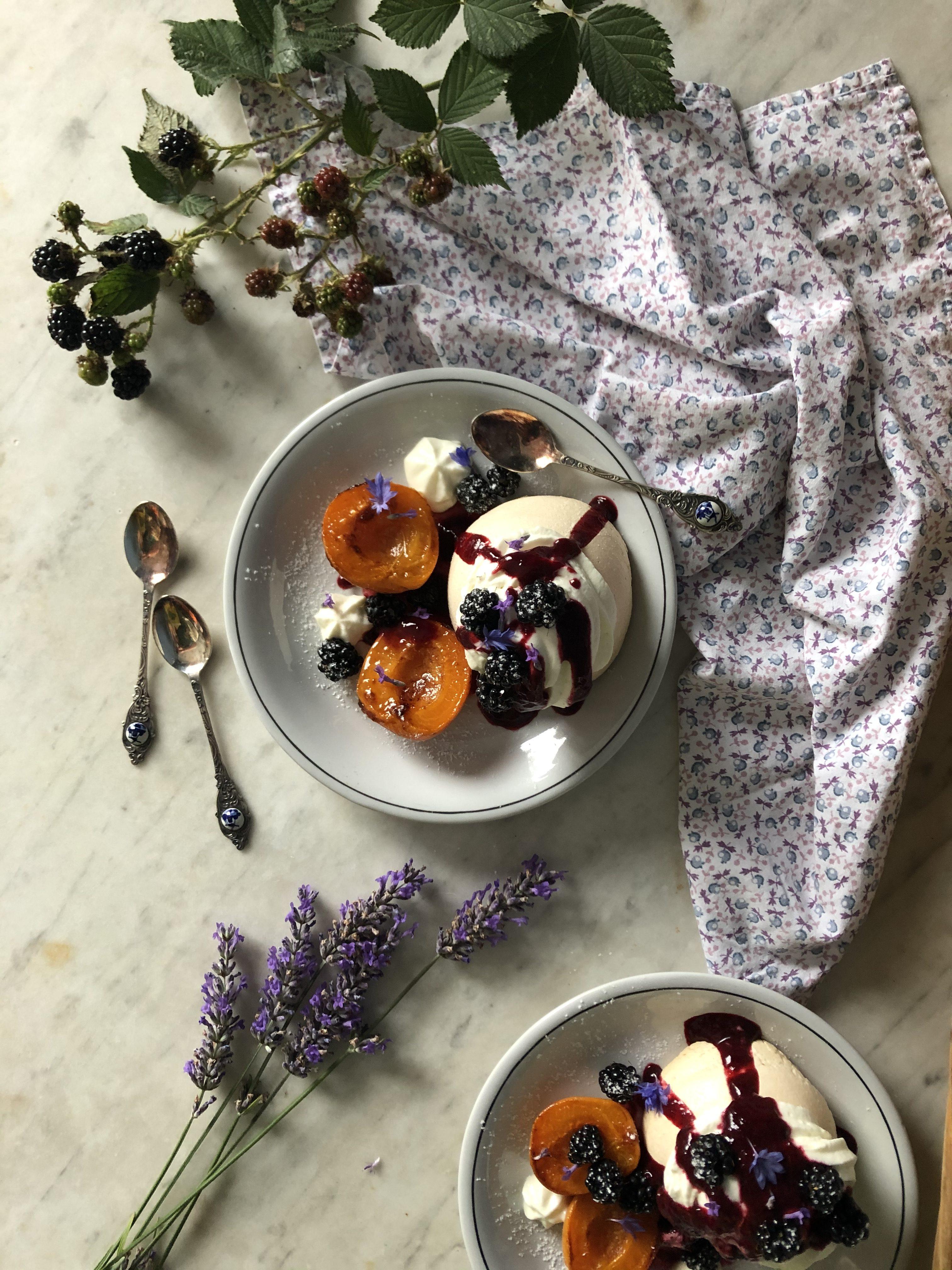 Pavlova mûre, abricot et lavande