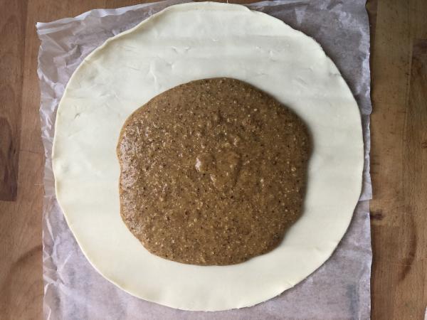 Garnissez un premier disque de pâte feuilletée avec la crème en laissant un bord vide sur 2 cm tout autour.