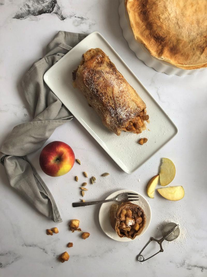 Strudel de crêpes aux pommes, praliné noisette et cardamome